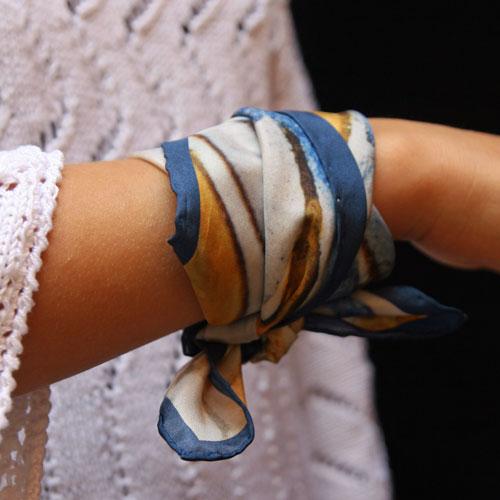foulard tour de cou porté en bracelet