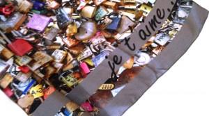 Cadeau original Saint Valentin : un foulard personnalisé
