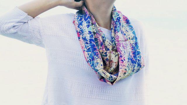 Le snood en soie, tendance, chic et pratique