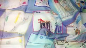 pañuelo de seda estampado con dibujos infantiles