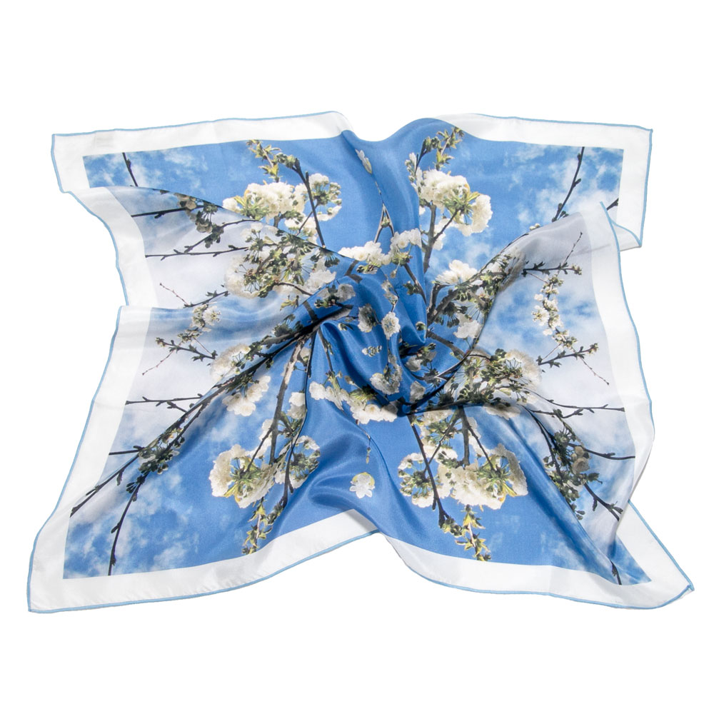 carré en soie imprimé fleurs blanches sur fond bleu
